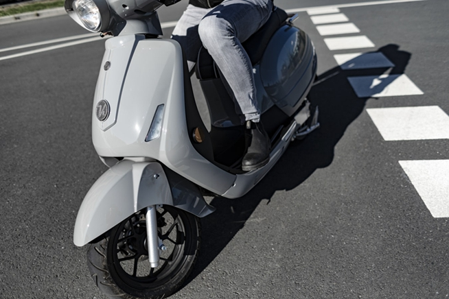 Can electric motorcycles GPS tracker continue to locate after power-off?
